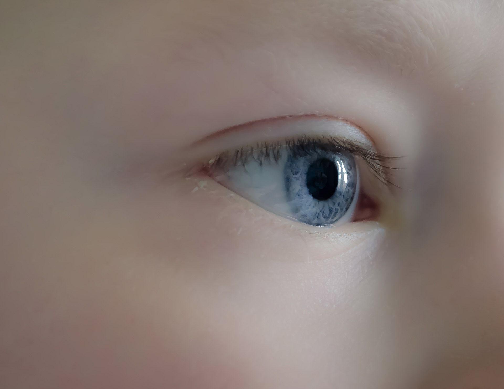 Egy kisgyermek kék szeme